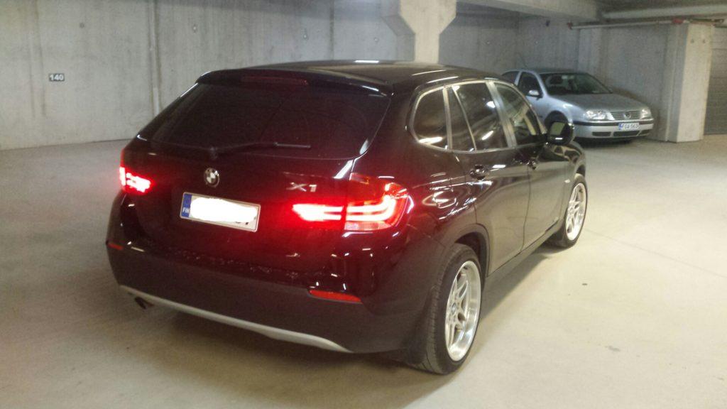 BMW x1 lasien tummentaminen