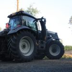 Traktorin lasien tummennus